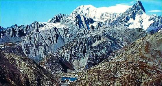 Vue du col du Grand Saint Bernard avec le Mont Blanc et les Grandes Jorasses