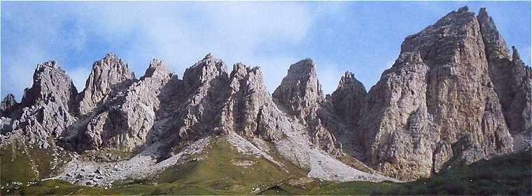 Dolomites: chaine du Pizzes da Cir vue du col Gardena