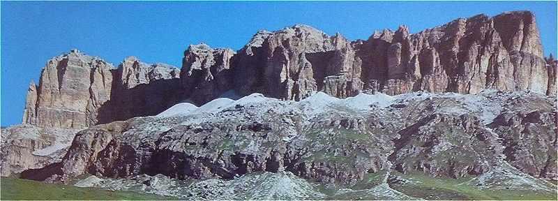 Dolomites: le massif du Sella vue du côtéSud, à gauche le Sass Pordoï