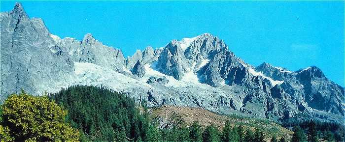 La Dent du Géant et les Grandes Jorasses vues de Plampincieux, près d'Entrèves, au début du Val Ferret