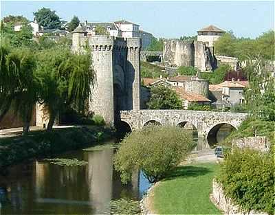 Parthenay La Porte Saint Jacques Et Lancien Chateau Fort