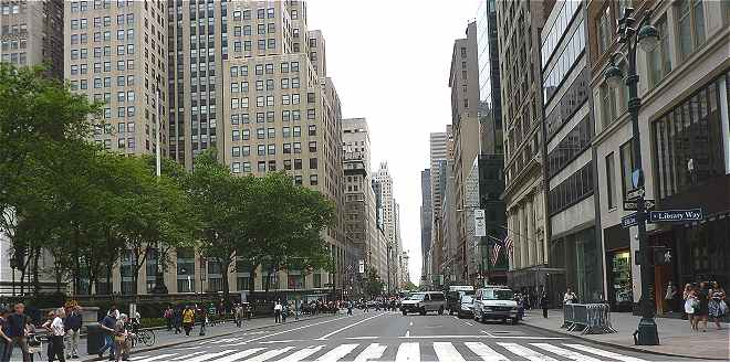 New-York: vue sur la 5�me Avenue (Fifth Avenue) pr�s de la New-York Public Library
