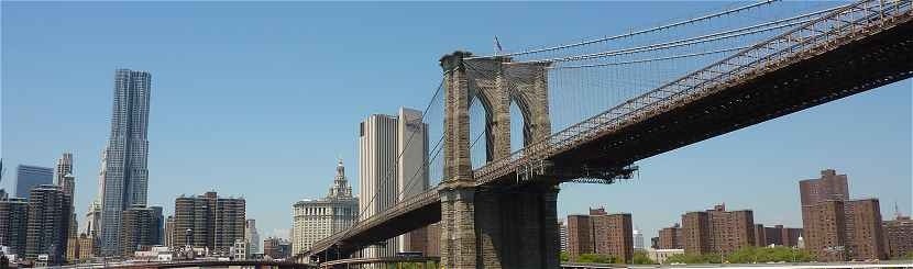 New-York: Brooklyn Bridge au d�part de Manhattan, au centre le Manhattan Municipal Building